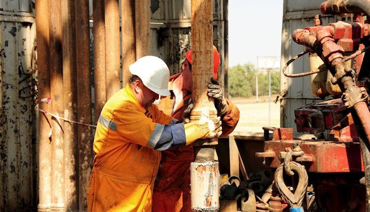 drilling-rig-workers-13770923_Large.jpg