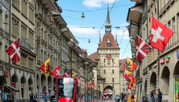 Switzerland_shoppers_070921.jpg